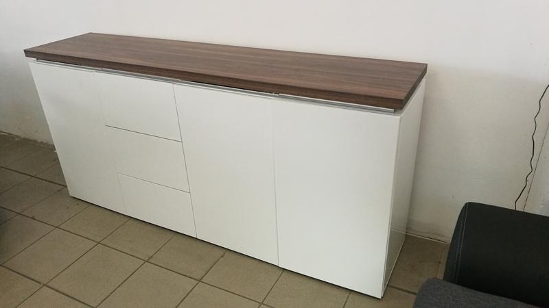 Fehér magasfényű bútorlappal