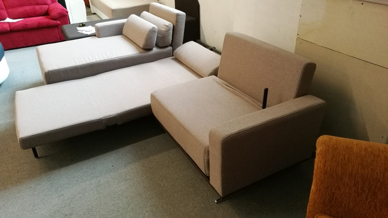 A kanapé 2 része egymástól függetlenül nyitható és mozgatható