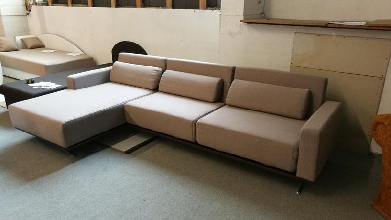 Copperfield kanapé balos állásban érkezett modern minimalista stílusban készült nappali bútor.