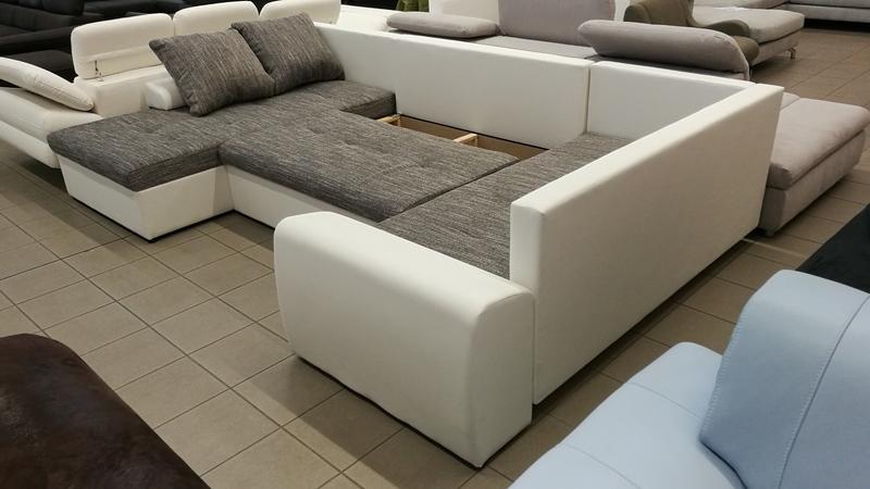 Az ülőfelület alatt található ágyneműtartóba, praktikusan tárolhatja vendégei párnáit, takaróit.