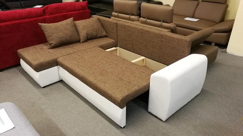 Az ülőfelület alatt található ágyneműtartóba kényelmesen elhelyezheti a párnákat, takarókat.