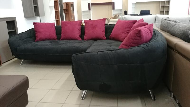Fekete minőségi szövetkárpittal készült, modern kanapé