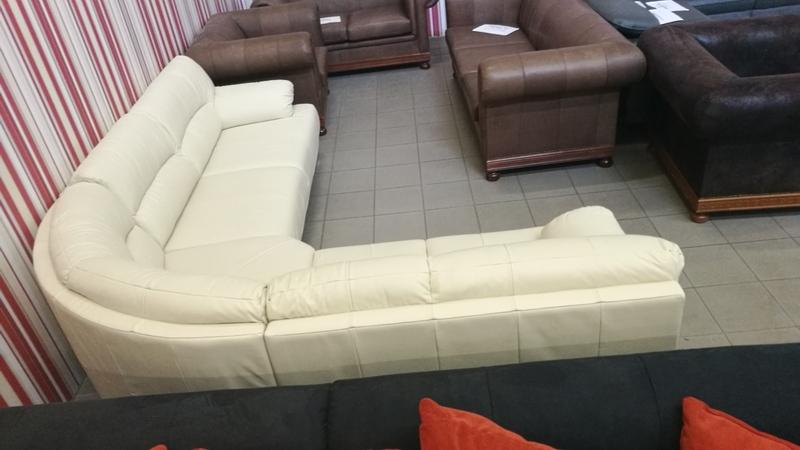 Íves vonalvezetésű kanapé