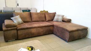 Barna színű, bőrhatású szövettel készült kanapé