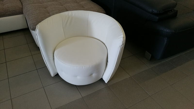 Geometrikus formavilágú, kényelmes fotel