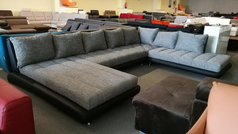 Nem csalás nem ámítás, a kanapéhoz a képeken látható rengeteg párna is hozzá tartozik