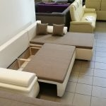 A bútor méretéshez képest, méretes ágyneműtartója az ülőfelület alatt található
