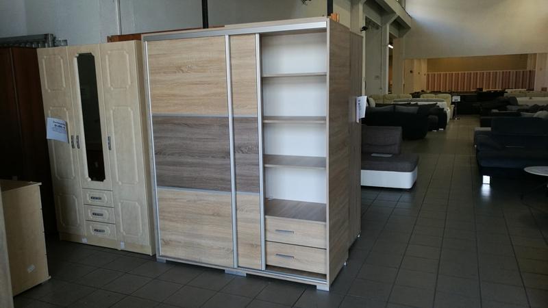 A tolóajtók mögött hatalmas tárolóhely áll rendelkezésre a ruhaneműk elkülönített tárolása érdekében
