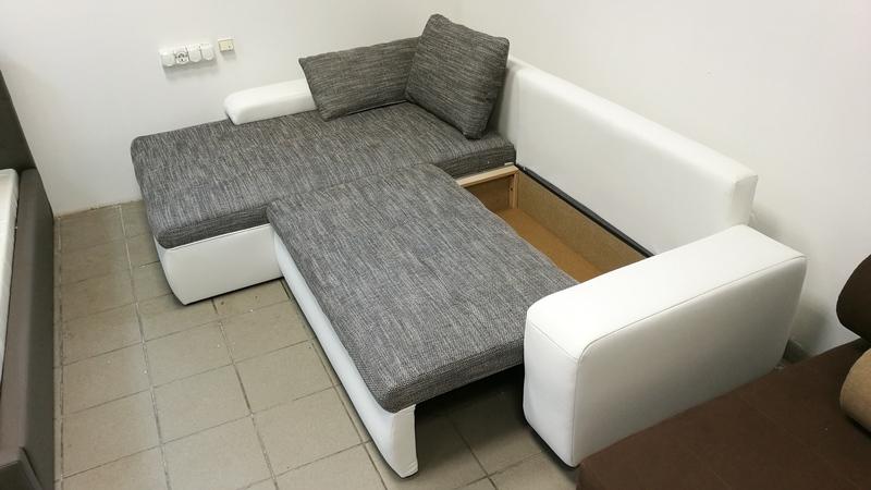 Az ülőfelület alatt található a kanapé ágyneműtartója