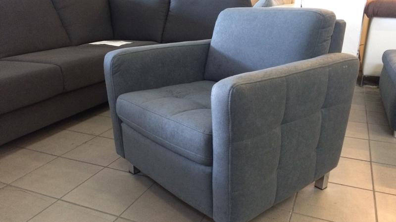 kényelmes fotel, divatos tűzésekkel