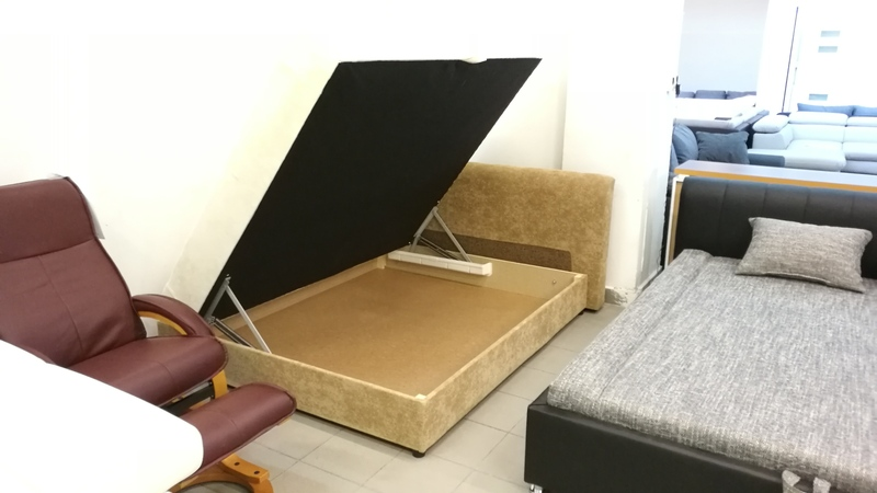 Oldalt nyíló ágyneműtartója praktikus
