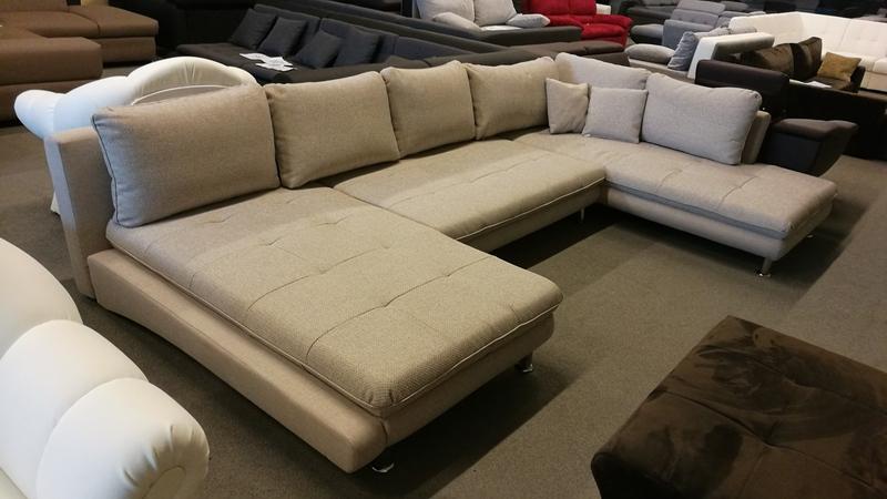 Bézs színű, minőségi szövet kárpittal készült hatalmas U alakú kanapé
