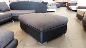 Króm lábakkal felszerelt modern bútor
