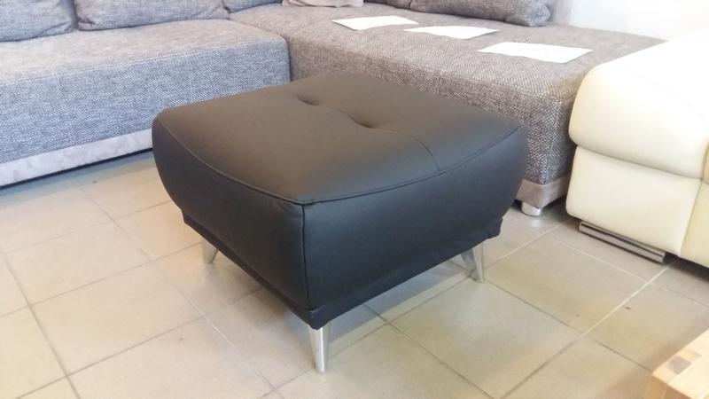 Modern vonalvezetésű, fém lábakkal és vázzal készült FRISCO puff