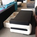 Méretes ágyneműtartója az ülőfelület alatt található