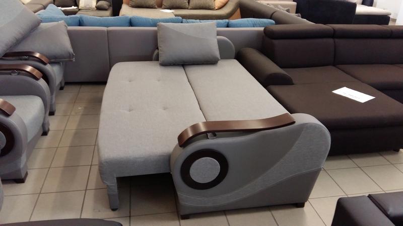 A kanapé egyszerűen és gyorsan akár állandó alvásra is alkalmas ágynak nyitható