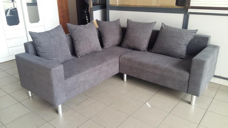Szürke színű, króm design lábakkal felszerelt KOMO kanapé most verhetetlen áron megvásárolható