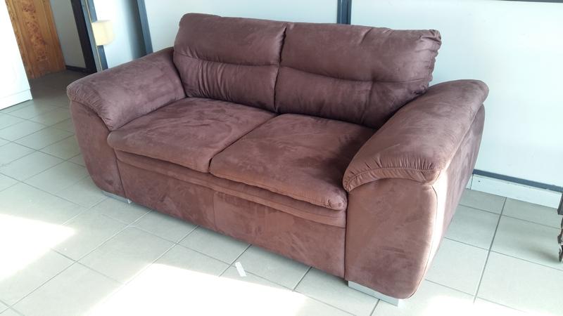 Csokoládé barna színű alcantara szövettel készült kétszemélyes kanapé