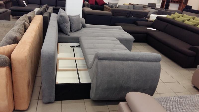 Kiemelő vasalattal ellátott bútor ágyneműtartója az ülőfelület alatt található