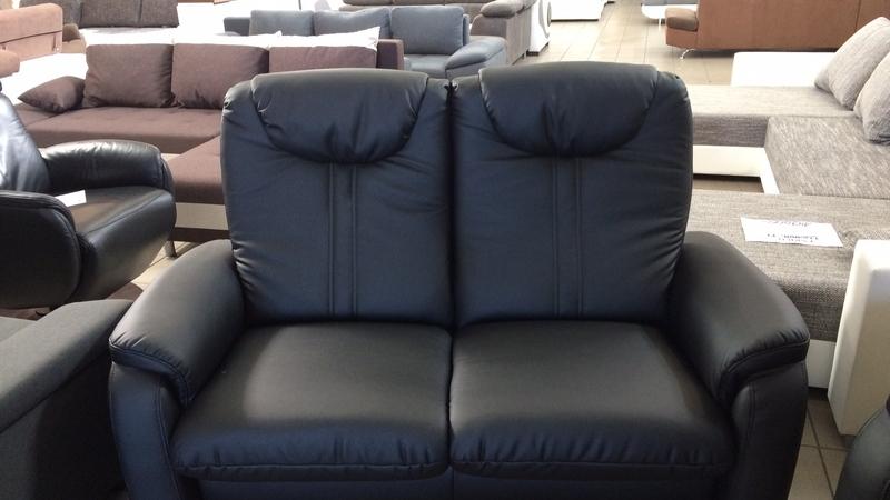 A két személyes kanapé relax-funkciós, így mindenki számára kényelmes pihenést biztosít