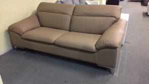 mogyoró színű valódi bőr kárpittal készült ez a kényelmes kanapé